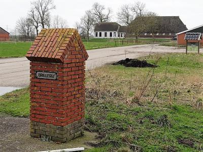 De buurtschap Brillerij heeft geen plaatsnaambordjes. Aan het opschrift op deze pilaar aan de 'oprijlaan' naar boerderij Brillerij kun je wél zien dat je er bent aangekomen. (© Harry Perton / https://groninganus.wordpress.com/2020/02/16/rondje-ezinge-19)