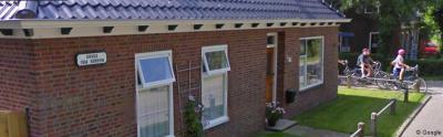 Aan de gevel van een van de huizen in de buurtschap Broek hangt nog een oud plaatsnaambordje 'Broek gem. Eenrum'. Lekker laten hangen, mooi stukje nostalgie toch?
