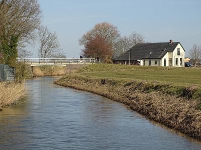 Broek bij Pieterburen, buurtschapsgezicht met het Broekstermaar of Wierhuistermaar (© Harry Perton / https://groninganus.wordpress.com/2021/02/21/rondje-kloosterburen)