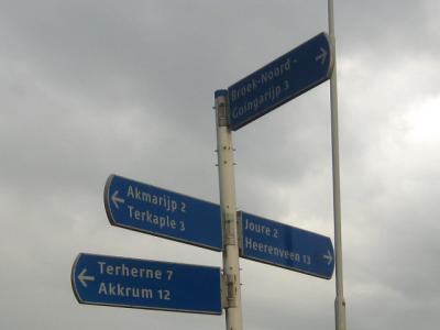 Het lintdorp Broek is verdeeld in de delen Noord en Zuid, die niet over de weg met elkaar in verbinding staan. Daarom is het reuzehandig dat die delen op de wegwijzers als zodanig worden aangegeven. (© H.W. Fluks)