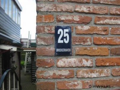 Broekerhaven is een buurtschap van het dorp Bovenkarspel. Weliswaar zijn de plaatsen aan elkaar vastgegroeid, maar de buurtschap heeft nog altijd een eigen identiteit, o.a. zichtbaar door de plaatsnaam op enkele huisnummerbordjes in de Peperstraat.