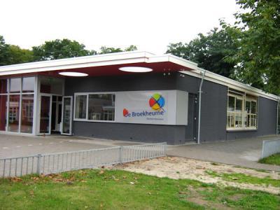 Er is nog altijd een flink stuk van de buurtschap Broekheurne over, maar een deel is verdwenen door nieuwbouw in Enschede-Zuid van o.a. de wijk Wesselerbrink. De naam van de buurtschap leeft daar nog voort in (©) basisschool De Broekheurne.