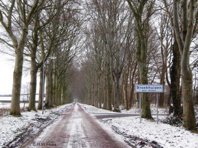 Buurtschap Broekhuizen ligt tegenwoordig grotendeels in de gemeente Meppel, deels in de gemeente De Wolden. De buurtschap ligt buiten de bebouwde kom en heeft daarom witte plaatsnaamborden.