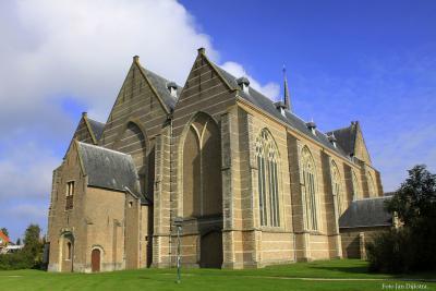 De robuuste en mooi vrijstaande Grote of Sint Nicolaaskerk in Brouwershaven
