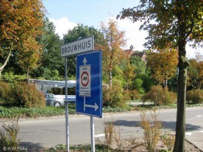 Het vroegere dorp Brouwhuis is door de stedelijke uitbreidingen van Helmond binnen de bebouwde kom van die stad komen te liggen en heeft daarom geen blauwe plaatsnaamborden meer, maar witte.