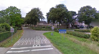 Tot in ieder geval medio 2010 begon de bebouwde kom van het dorp Budschop aan de gelijknamige weg ter hoogte van de zijweg Gutjesweg; blauw bord Nederweert met wit bord Budschop eronder. (© Google)
