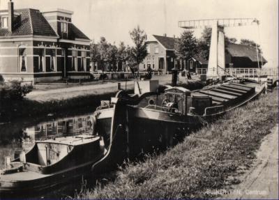 Oude ansichtkaart van Buinerveen-Centrum, kruising Buinerstraat/Hoofdstraat. De klapbrug is verdwenen na het dempen van het Zuiderdiep ter plekke. Nu is daar gewoon een kruising van twee wegen, waarbij niets meer herinnert aan het diep en de brug.