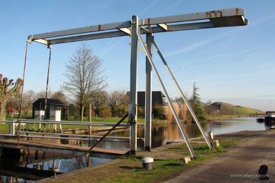De smalle ijzeren ophaalbrug over de sluiskolk in buurtschap Buitenstvallaat dateert uit 1935.