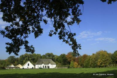 Bunnik, als je de witte boerderijen ziet, ben je bijna bij Landgoed Rhijnauwen