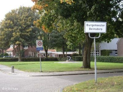 Soms is het verklaren van een plaatsnaam lastig of zelfs onmogelijk, soms is het makkelijk, zoals hier: buurtschap Burgemeester Beinsdorp is genoemd naar... burgemeester Beins. Wie dat was, kun je lezen onder het kopje Naam.