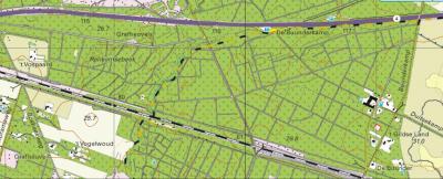 Detailkaart van de 'taartpunt' bosgebied De Buunderkamp. De zwart-geel geblokte lijn in het midden is de grens tussen de gemeente Renkum (dorpsgebieden Renkum en Wolfheze) O ervan en Ede (stadsgebied Ede en dorpsgebied Bennekom) W ervan.(©www.kadaster.nl)