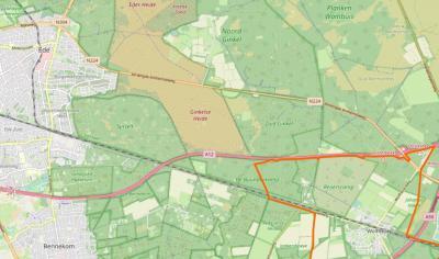 De horizontale 'taartpunt' van bosgebied Buunderkamp grenst in het N aan de A12, de Ginkelse Heide en Zuid-Ginkel, in het O aan de voormalige landbouwenclave Reijerscamp en in het Z aan de spoorlijn Utrecht-Arnhem en de Renkumse Heide. (© OpenStreetMap)
