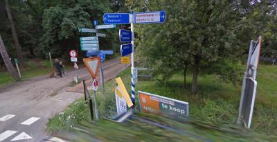 Bij de entree van buurtschap Buunderkamp wemelt het van de - overigens allemaal zeer functionele - borden. Helaas is men echter nog één functioneel bord vergeten: een plaatsnaambord voor de buurtschap. (© Google StreetView)