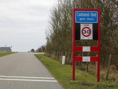 Cadzand-Bad is een van de populaire badplaatsen in Zeeuws-Vlaanderen. Het heeft een eigen 'bebouwde kom' en daarom blauwe plaatsnaamborden. Maar het plaatsje heeft geen eigen postcode, voor de postadressen ligt het daarom 'in' Cadzand.