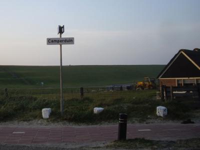 De voormalige gemeente Schoorl heeft er voor gekozen om van haar hele grondgebied, excl. Groet, een bebouwde kom genaamd Schoorl te maken, en bij de buurtschappen zeer bescheiden witte plaatsnaambordjes te plaatsen binnen die kom. Zo ook bij Camperduin.
