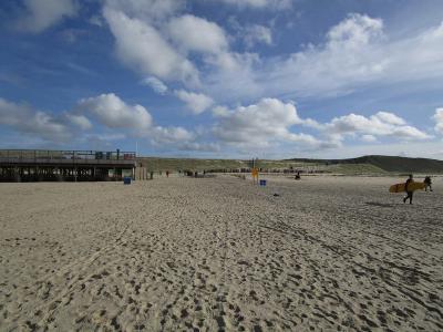Het gevolg is wel dat surfers bij Camperduin nu een 'stukje' verder moeten lopen voor ze met hun plank het water in kunnen, maar dat vinden ze vast niet erg, gezien het prachtige strand dat ze erbij hebben gekregen. (© Lida Buijsman-Konijn)