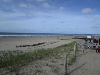 Het versterken van de zeewering was weliswaar het hoofddoel van de 'zandsuppletie' bij Camperduin, maar als 'gunstig neveneffect' hebben ze er ook een prachtig groot strand met idem lagune bij cadeau gekregen. (© Lida Buijsman-Konijn)