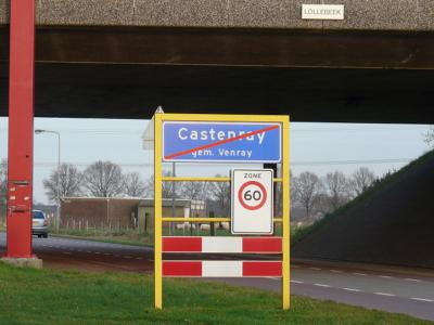 Castenray is een dorp in de provincie Limburg, in de streek Noord-Limburg, gemeente Venray. In Castenray houden ze wel van een lolletje, getuige carnavalsvereniging CV De Schanseknuppels. Ze hebben er zelfs een brug naar genoemd... ;-) (© H.W. Fluks)