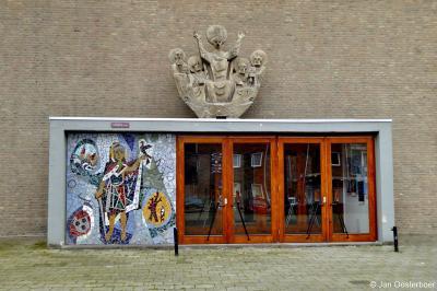 Mozaïek van Sint Bavo aan de gevel van de sinds 2019 rijksmonumentale Sint-Bavokerk in de Rotterdamse wijk Pendrecht.