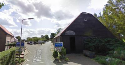 Cillaarshoek viel vanouds onder de gemeente Maasdam, en ligt sinds de herindelingen van 1984 grotendeels in de gemeente Strijen. Een klein deel valt nog altijd onder Maasdam. Op de foto zie je de grens tussen beide delen. (© Google)