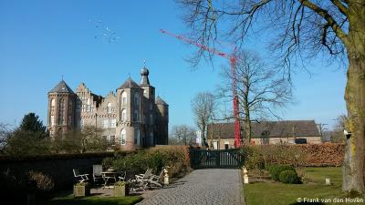 Buurtschap en landgoed Croy zijn ontstaan rond het gelijknamige, oorspronkelijk 15e-eeuwse kasteel. Op de foto wordt d.d. 14-3-2016 m.b.v. een kraan de windvaan weer werkend gemaakt, die bij een vorige renovatie was vastgezet.