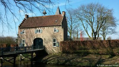 Croy, het poortgebouw, naast Kasteel Croy, dateert uit ca. 1500 en wordt particulier bewoond, maar het is ook een B&B waar je in adellijke sferen kunt overnachten. Dat heeft de redactie van Plaatsengids.nl dan ook gedaan, op 13-3-2016.