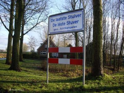 Buurtschap De Laatste Stuiver heeft plaatsnaamborden met bovenin de Nederlandse naamgeving en onderin de variant in het Kollumer 'stadsfries'.
