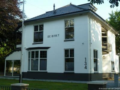 Chiqcare WoonZorg heeft in 2014 Villa De Birkt in de gelijknamige buurtschap gekocht en er 16 kamers voor begeleid/beschermd wonen gerealiseerd.