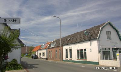 Op De Bree 36 is Eetcafé De Spijker gevestigd, die naar de ligging in het buurtje de Gloeiende Spijker is genoemd