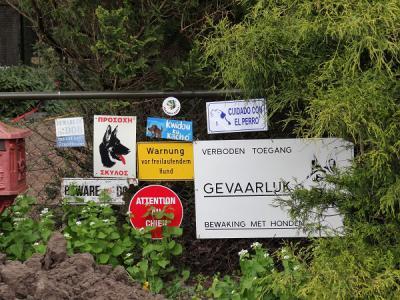 In De Groeve zijn ze in principe heel gastvrij. Alleen niet voor inbrekers. Dat wordt hier even in vele talen duidelijk gemaakt. (© Harry Perton/https://groninganus.wordpress.com)