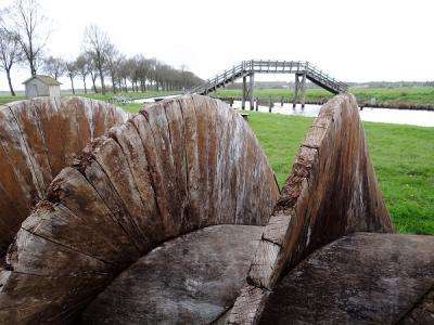 De houten vijzel van Molen De Boezemvriend in De Groeve was aangetast en is daarom in 2017 vervangen door een metalen vijzel, die daar niet vatbaar voor is. Hier is de vijzel dus net verwijderd t.b.v. de vervanging. (© Harry Perton)