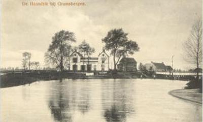 De Haandrik, ca. 1920, rechts naast het witte gebouw (Café Het Witte Huis, later Café Vechtzicht) is de brugwachterswoning te zien. Uiterst rechts is de brug met sein.