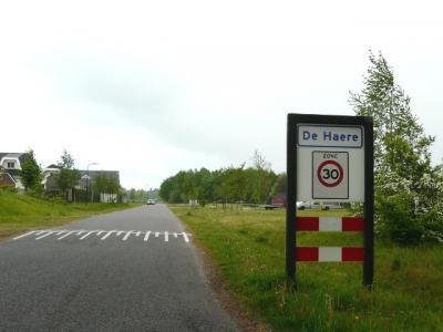 Buurtschap De Haere ligt in het uiterste, N puntje van de gemeente Apeldoorn en omvat o.i. vrijwel alleen het woonwagenkamp ter plekke. De buurtschap heeft in 2016 plaatsnaamborden gekregen. (© H.W. Fluks)