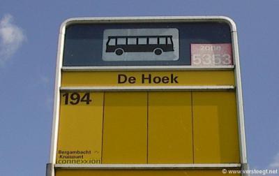 Buurtschap De Hoek staat niet (meer) in de recente atlassen als buurtschap vermeld en heeft ook geen plaatsnaamborden. Als je er niet te snel aan voorbijrijdt, kun je aan de bushaltebordjes tenminste nog zien dat je je in deze buurtschap bevindt...
