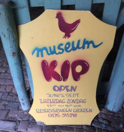 In De Hoven vind je het unieke Museum Boer Kip, genoemd naar de eigenaar die hier tot zijn overlijden in 2006 heeft gewoond, en die een groot deel van zijn interieur prachtig heeft beschilderd, wat dus te bezichtigen is.