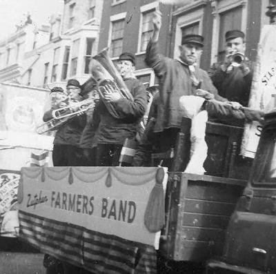 De Zutphense Orkest Vereniging is ontstaan uit een fusie van Symphonia en Crescendo, waar ook Boerenkapel De Stroodorpers onder viel. De laatste twee hadden hun wortels in De Hoven. De Stroodorpers noemden zich soms kennelijk ook de Zutphen Farmers Band.