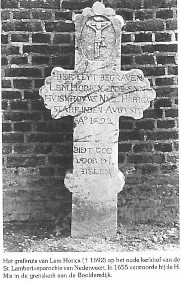 Nederweertenaar Lem Horicx wil in 1655 tijdens een kerkdienst op De Hutten een kar met appels aan de man brengen. Dat wordt niet gewaardeerd en hij moet ervoor boeten... Op de foto zijn grafkruis op het oude kerkhof van de St. Lambertuskerk te Nederweert.