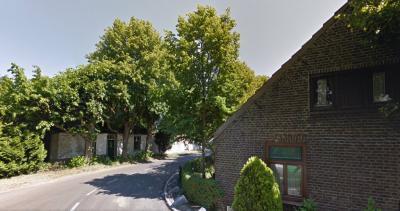 Buurtschap De Hutten is een mooi grensgeval: op de foto rechts de laatste boerderij aan de Booldersdijk, vanuit en vallend onder Nederweert (Limburg), en links het laatste pand aan de Nederweertseweg, vanuit Someren-Heide gem. Someren (Brabant) (© Google)