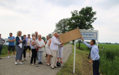 Op 7-7-2017 heeft wethouder Jelle Boerema samen met de voorzitter van Plaatselijk Belang Burum, Baukje Vlieg, en dorpshistoricus Willem Kloppenburg de plaatsnaamborden van buurtschap De Keegen onder Burum onthuld. (© Sake Beerstra, Kollum)