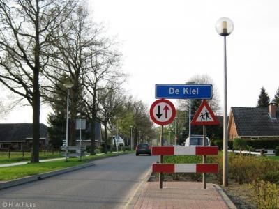 Het dorpje De Kiel valt tegenwoordig onder de gemeente Coevorden, maar viel vroeger onder een hele reeks andere gemeenten (en weer dáárvoor 'marken'). Hoe die vork in de steel zit, kun je lezen op deze pagina.