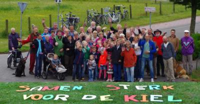 """In de in 2015 verschenen Dorpsvisie lichten de inwoners toe dat, waarom en hoe ze ook in de komende jaren """"Samen sterk staan voor De Kiel""""."""