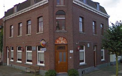 Het kan de voorbijganger niet ontgaan hoe dit café in buurtschap De Kling heet; de naam staat boven de deur, hangt onder de lichtreclame en staat ook nog op de linkerzijgevel, zonder voorzetsel. Maar ach, alleen kniesoren en redacteuren valt dat op. ;-)
