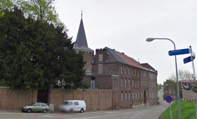 Zoek de verschillen: buurtschap De Kling bij Merkelbeek anno april 2009, met de Clemenskerk en dan nog het vervallen klooster erbij, vlak voor de afbraak. (© Google)