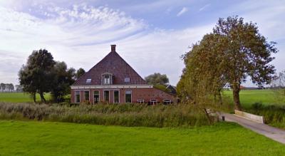 Een van de monumentale panden in buurtschap De Kliuw is Zathe De Klieuw op Tjebbingadyk 18 (© Google)