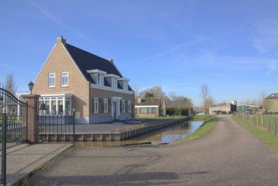Tussen de oude boerderijen in buurtschap De Kooi staat ook een tamelijk recent gebouwd pand (© Jan Dijkstra, Houten)