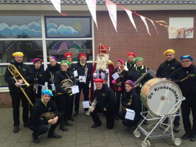 Buurtschap De Kroezenhoek heeft een eigen dweilorkest; De Kroezenhøkers, die uiteraard optreden tijdens het carnaval, maar ook bij andere feestelijke gelegenheden in de regio, zoals hier bij de Sinterklaasintocht op de Heurne 2016. (© www.kroezenhokers.nl