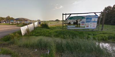 """Bij de biologische melkveehouderij van de Poldersport-boerderij in De Kwakel hebben ze sinds 2014 """"Happy cows in the round house"""". Dat levert gelukkige(r) koeien en gezonde(re) melk op. Waarom dat zo is, kun je lezen in het hoofdstuk Agrarisch. (© Google)"""