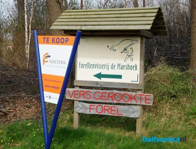 Forellenvisserij De Marshoek - in 2014 gesloten - noemde zich op Facebook Forelvisserij (alsof je er maar een forel kon vangen), en ze heetten dus De Marshoek, maar zeiden wel in buur-buurtschap Emmen gevestigd te zijn. (© www.dalfsennet.nl)