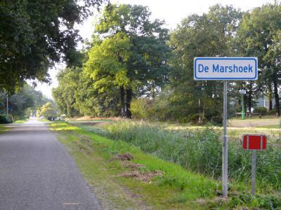 De meeste buurtschappen in de gemeente Dalfsen ontberen anno 2016 helaas nog plaatsnaamborden, maar in De Marshoek is deze langgekoesterde wens in dat jaar in vervulling gegaan. Hopelijk doet goed voorbeeld goed volgen! (© H.W. Fluks)