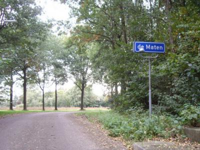 Een plaatsnaam als De Maten hoort gewoon met hoofdletter D. Helaas denken bordenmakers nog wel eens dat zo'n naam met kleine d moet. Zoals hier, waar je de bebouwde kom van deze plaats binnenkomt. (© H.W. Fluks)